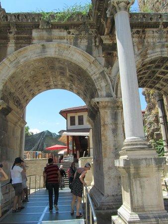 Hadrian's Gate : de gate van dichtbij