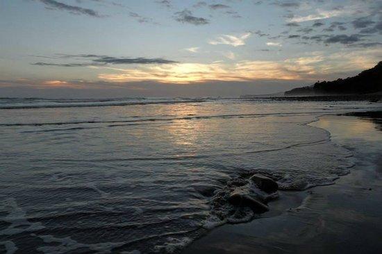 Hotel Costa Verde: Beach at sunset