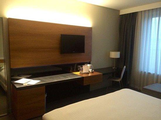 Cosmopolitan Business Hotel: tavolo fronte letto