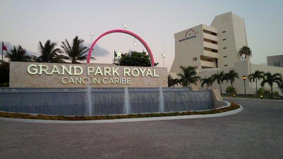 Grand Park Royal Cancun Caribe: Grand entrance