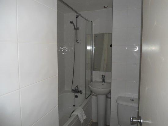 Glasgow Pond Hotel: Bathroom