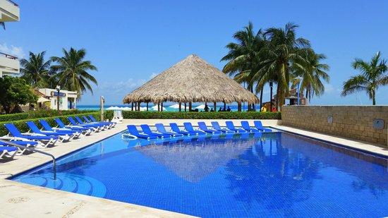 Ixchel Beach Hotel: Piscina