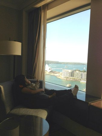 Shangri-La Hotel Sydney: Our children and amazing view from room 1914 :)