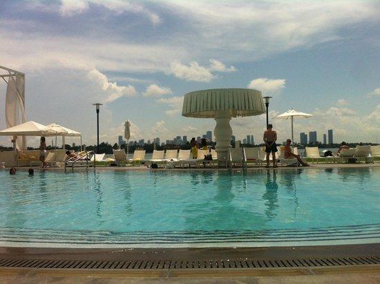 Mondrian South Beach Hotel: O sol na piscina, somente apôs as 11:00, mas em compensação vai ate as 18:00