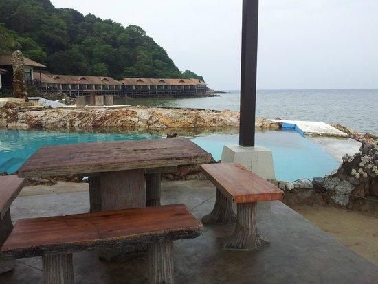 Gem Island Resort & Spa: la piscine d'eau de mer, déborde dans la piscine des bébés tortues - au fond les sea view villas