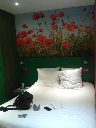 Hotel Les Jardins de Montmartre: The poppy room