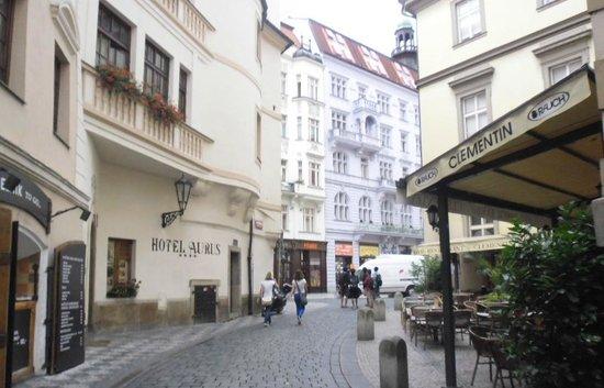 Clementin Old Town: Улица. нка которую отель выходит. Примерно 10 часов утра, вечером людей больше.