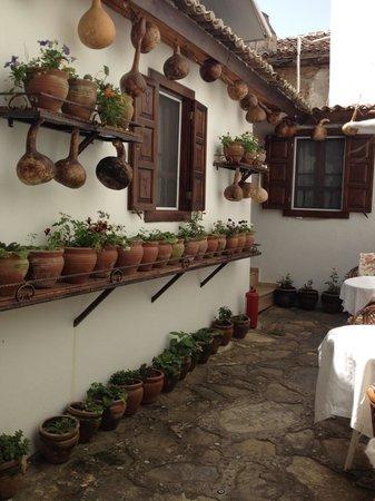 Sirincem Restaurant: Entry courtyard of the Şirincem Pansiyon.