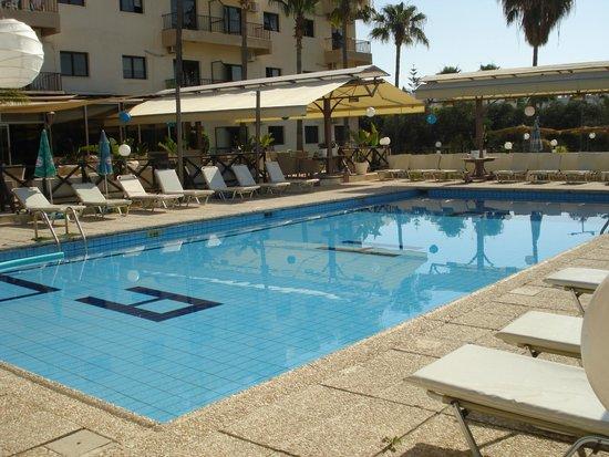Lucky Hotel Apartments: бассейн