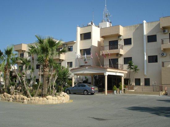 Lucky Hotel Apartments: главный вход