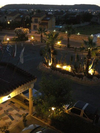 Lucky Hotel Apartments: вид из окна