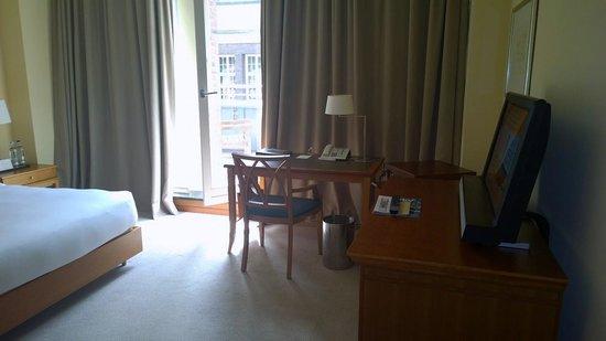 Park Hyatt Hamburg: Zimmer, Blick zum Balkon
