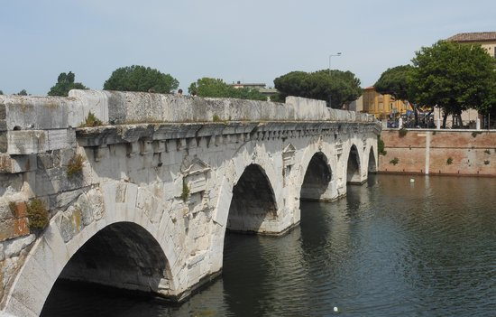 The Tiberius Bridge: vista dal lato della periferia