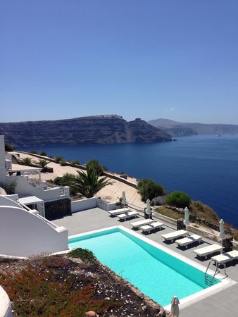 Oia Suites: View of swimming pool over the island