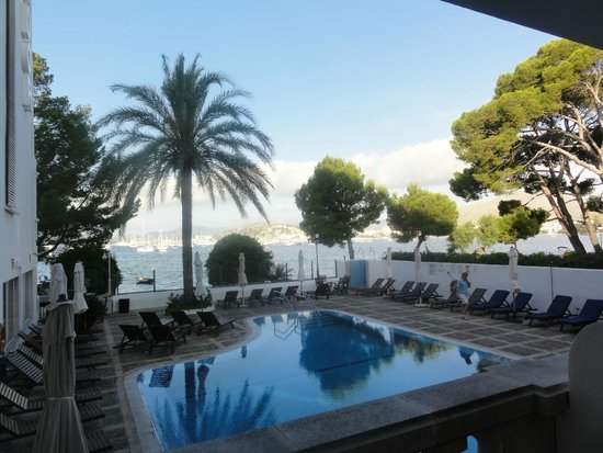 Hotel Illa d'Or: view of pool area early morning