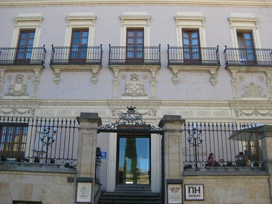 NH Salamanca Palacio de Castellanos: Fachada hotel