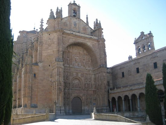 NH Salamanca Palacio de Castellanos: Enfrente del Hotel
