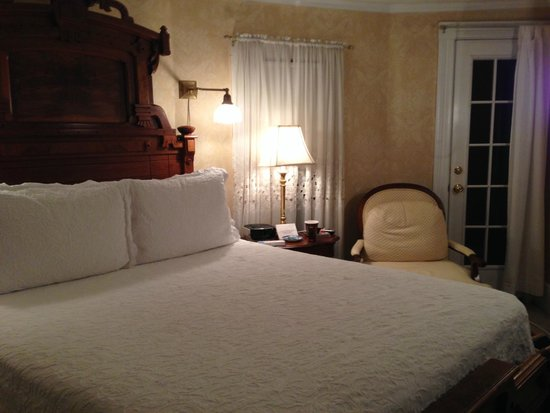 The White Doe Inn Bed & Breakfast: The East Lake room