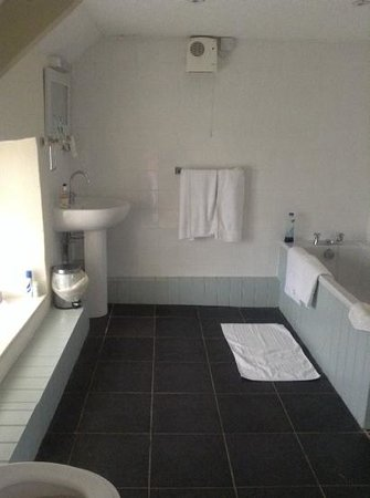 The New Three Mariners: Huge bathroom