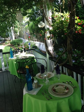 The White Doe Inn Bed & Breakfast: Breakfast on the back deck