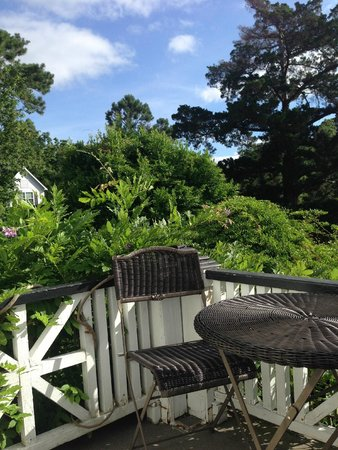 The White Doe Inn Bed & Breakfast: The deck off the suite. Perfect place to enjoy a cup of coffee and the view of the treetops