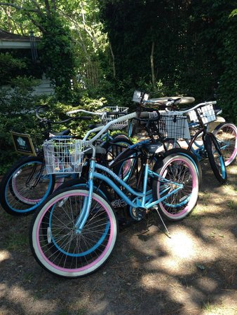 The White Doe Inn: Bikes for a trip to lunch or around the island