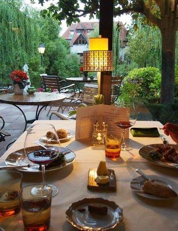 L'Auberge de l'Ill : 食卓が庭の景色に溶け込む・・・♪