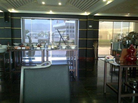 Ramada Qurum Beach : Salle de petit déjeuner