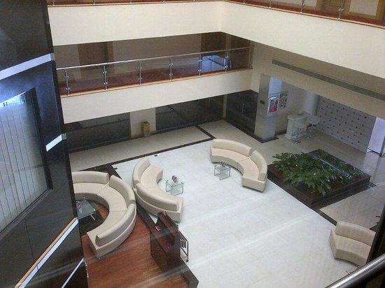 Ramada Qurum Beach : le Hall de l'hôtel