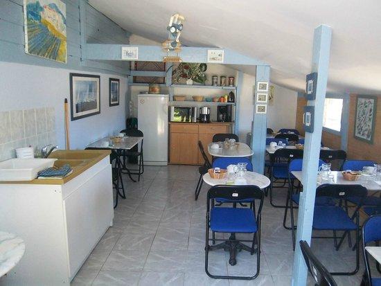 Rando Yourte: Salle des petits déjeuners et coin cuisine