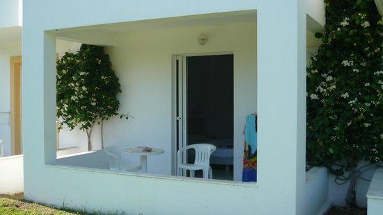 Alexandra Beach Hotel & Apartments: vue exterieure chambre