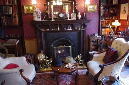 Sherlock Holmes Museum: The main sitting room - you can sit in those chairs if you like