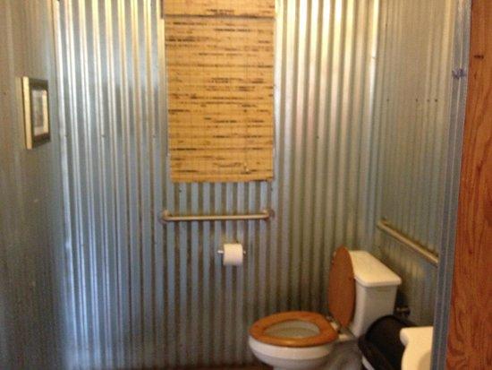Park Island Market And Cafe: Men's room