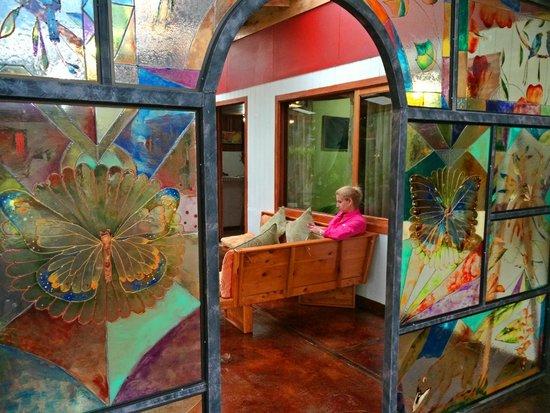Casa Batsu : Beautiful stained glass that Paula did