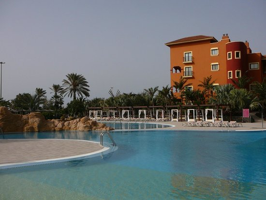 Sheraton Fuerteventura Beach, Golf & Spa Resort: Pool mit Sunbeds