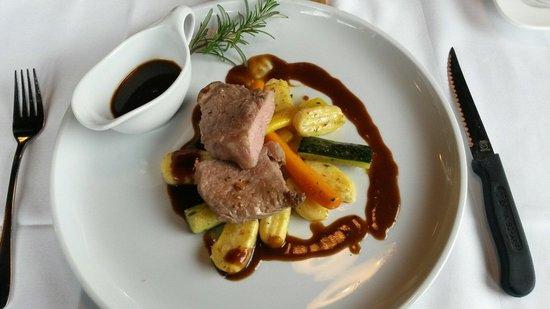 Restaurant Rossalm : Gebratener Kalbsrücken mit Thymian-Orangengnocchi, Barolowein-Sauce und sautiertem Gemüse
