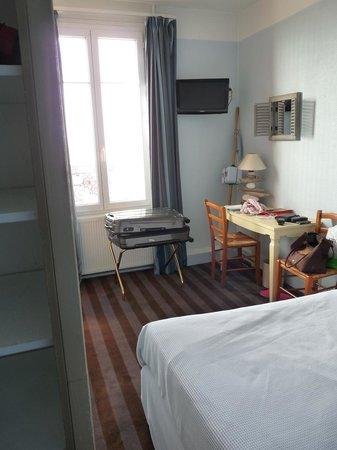 Hotel la Villa Marine : La chambre vue de l'entrée