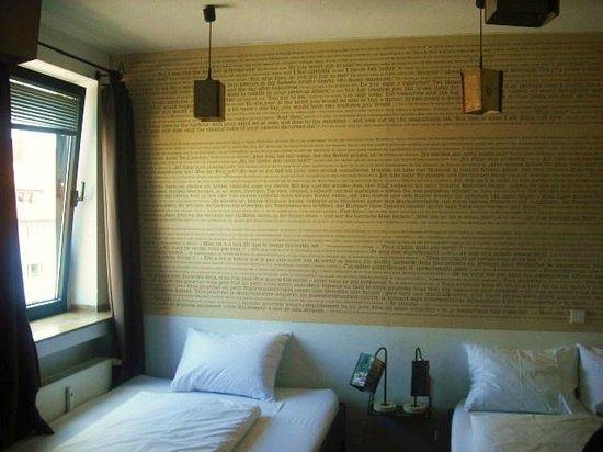 Die Wohngemeinschaft Hostel: Wall paper in room