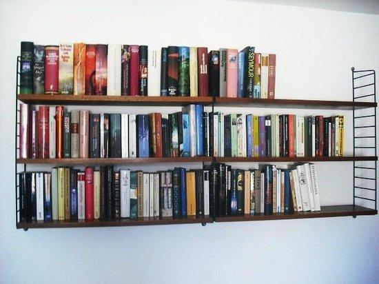 Die Wohngemeinschaft Hostel: Feature bookshelf