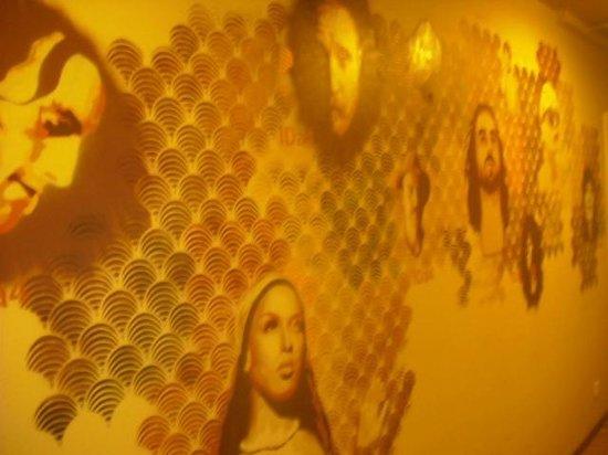 Die Wohngemeinschaft Hostel: hostel feature wall