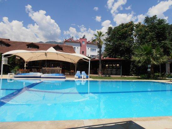 schöner Pool mit dem Taurusgebirge im Hintergrund - Picture of ...