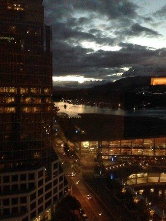 Fairmont Waterfront: 10:30 PM SUNSET!