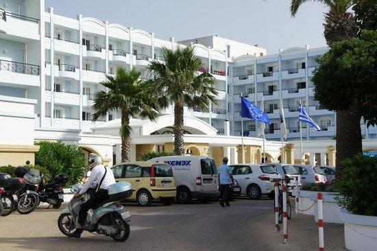 Mitsis Grand Hotel: Парковка отеля
