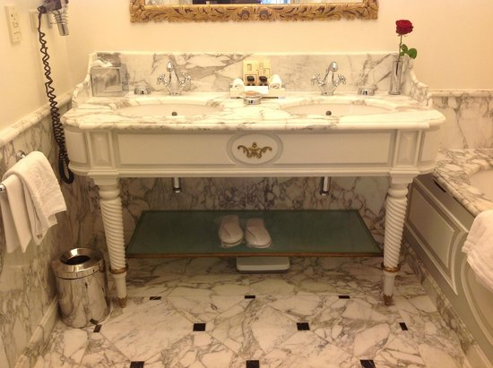 Hotel Sacher Wien: Double marble sinks