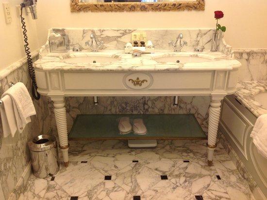 Hotel Sacher Wien: Double marble sinks