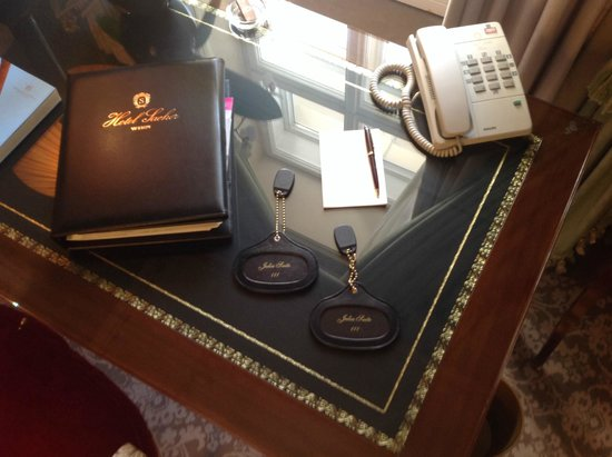 Hotel Sacher Wien: Ornate desk