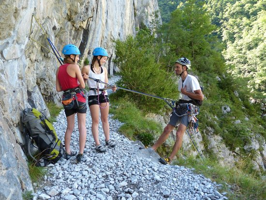 Gaia Aventure: Prêtes pour la descente de 100m en rappel à la Mature