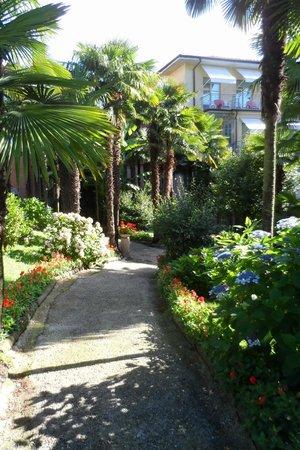 Hotel Beau Rivage : Vialetto del giardino