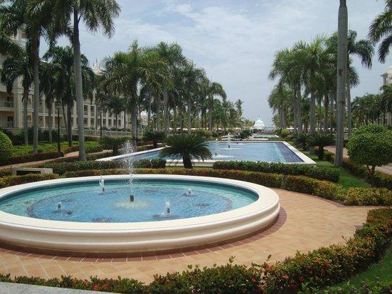 Hotel Riu Palace Punta Cana: Vista das fontes na parte interna do hotel