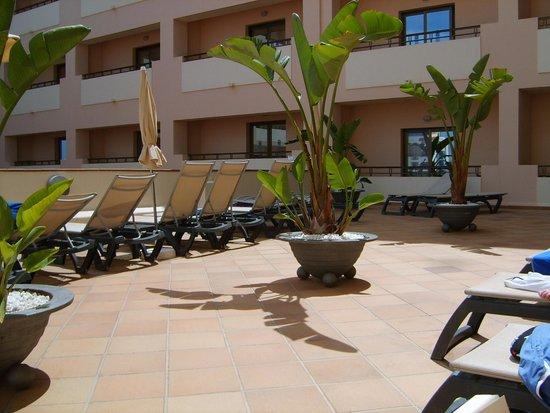 Invisa Hotel La Cala: Sundeck area from pool